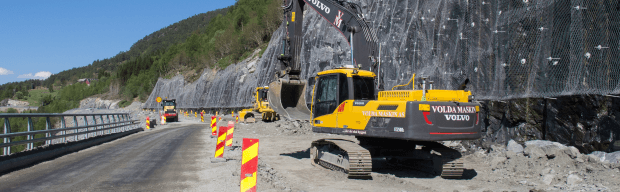 Excavator-near-rock-wall-difficult-GNSS-environment-machine-control